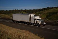 Semi-camión clásico blanco/remolque blanco fotografía de archivo libre de regalías