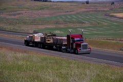 Semi-camión clásico rojo/plano cargado fotografía de archivo libre de regalías