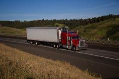 Semi-camión clásico rojo/remolque blanco imágenes de archivo libres de regalías
