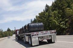 Semi camión con la carga de la bobina del alambre Fotos de archivo