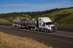 Semi-camión de Freightliner/remolque blancos del petrolero fotografía de archivo