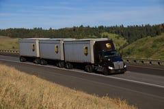 Semi-camión de UPS/Brown Kenworth fotografía de archivo