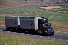 Semi-camión de UPS/Brown Kenworth imagen de archivo