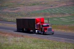 Semi-camión/remolque clásicos rojos del negro imagen de archivo libre de regalías