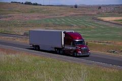 Semi-camión rojo de Peterbilt/plano cargado imagen de archivo libre de regalías