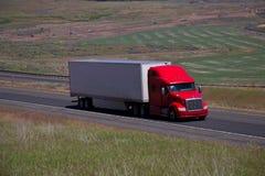 Semi-camión rojo de Peterbilt/remolque blanco fotografía de archivo libre de regalías