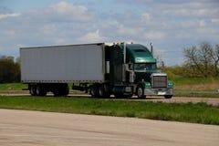 Semi-camión verde con el remolque blanco imágenes de archivo libres de regalías