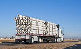 Semi-caminhão com uma carga da tubulação plástica Imagem de Stock Royalty Free