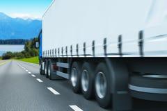 Semi-caminhão em uma estrada Fotografia de Stock Royalty Free