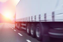 Semi-caminhão em uma estrada no por do sol Foto de Stock Royalty Free