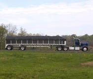 Semi caminhão na estrada imagem de stock