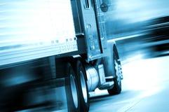 Semi caminhão no movimento imagem de stock royalty free