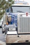 Semi-caminhão que espera um comprador Fotografia de Stock Royalty Free