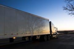 Semi caminhão visto no nascer do sol Fotos de Stock