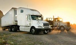 Semi-caminhões resistentes estacionados em um batente do descanso Fotos de Stock
