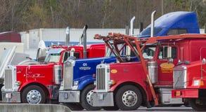 Semi caminhões vermelhos e azuis Fotos de Stock