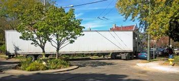 Semi-caminhão que negocia uma volta apertada Foto de Stock Royalty Free