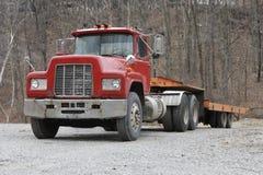 Semi camion avec la remorque de bâti plat photographie stock