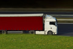 Semi camion blanc et rouge sur la route Photographie stock libre de droits