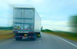 Semi camion conduisant à vitesse normale en bas de l'omnibus Images libres de droits