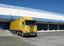 Semi camion dans l'embarcadère images stock