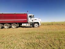 Semi camion nel campo. Immagine Stock