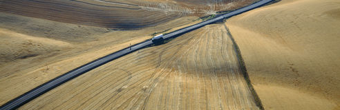 Semi-Camion pilotant par des zones de blé image stock
