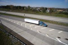 Semi camion sur l'omnibus image libre de droits
