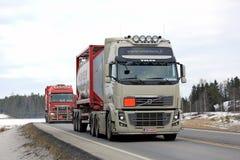 Semi camions de réservoir sur la route Photographie stock libre de droits