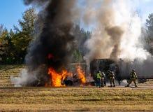Semi ciężarówka na ogieniu na autostradzie; palacze przy pracą; zbawczy pojęcie zdjęcie royalty free