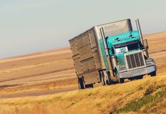 Semi ciężarówka na Preryjnej drodze obraz royalty free