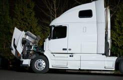 Semi ciężarówka z otwartymi kapiszonu i silnika naprawami zdjęcie royalty free