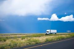Semi ciężarowej przyczepy poruszająca droga z wspaniałym krajobrazem w Califor Obrazy Stock