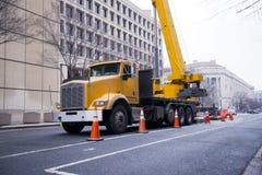 Semi ciężarowy władzy craine na miastowy miasto ulicy washington dc obraz royalty free