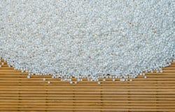 Semi crudi della tapioca sulla stuoia di legno Fotografie Stock Libere da Diritti