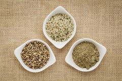 Semi, cuori e proteina della canapa immagini stock