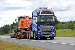 Semi de Afstandenhitachi Gevolgd Graafwerktuig van Volvo FH16 royalty-vrije stock foto's