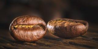 Semi del caffè sul fondo di legno di lerciume Fotografie Stock