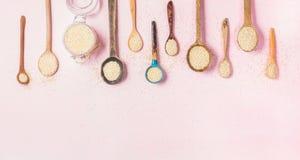 Semi della quinoa in cucchiai differenti e barattolo di vetro, spazio della copia Fotografia Stock Libera da Diritti