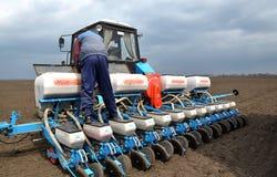 Semi della semina con i semi ed i fertilizzanti Fotografie Stock Libere da Diritti