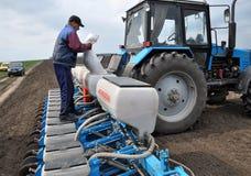 Semi della semina con i semi ed i fertilizzanti Fotografie Stock