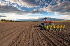 Semi della semina del trattore di agricoltura Fotografie Stock Libere da Diritti