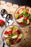 Semi di Chia e mousse della fragola in vetri di vino Immagini Stock