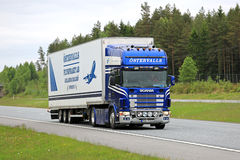 Semi di Scania 164 sull'autostrada ad estate Immagine Stock Libera da Diritti