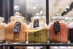 Semi di sesamo in barattoli di vetro su esposizione in un supermercato francese P Fotografie Stock