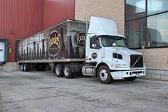 Semi die Vrachtwagen bij Stichters wordt geparkeerd die Bedrijf brouwen stock fotografie