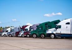 Semi die vrachtwagens bij klassiek en het moderne wegrestaurant worden opgesteld Stock Fotografie