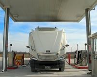 Semi el aprovisionar de combustible del carro Fotos de archivo libres de regalías