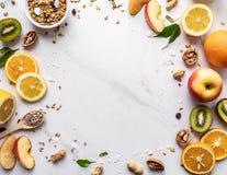 Semi freschi del granola di frutti di estate su fondo bianco, concetto sano dell'alimento immagine stock