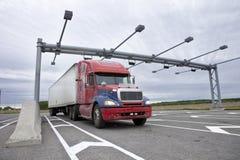 Semi il camion ha tirato sopra ad una stazione di pesatura Fotografie Stock Libere da Diritti